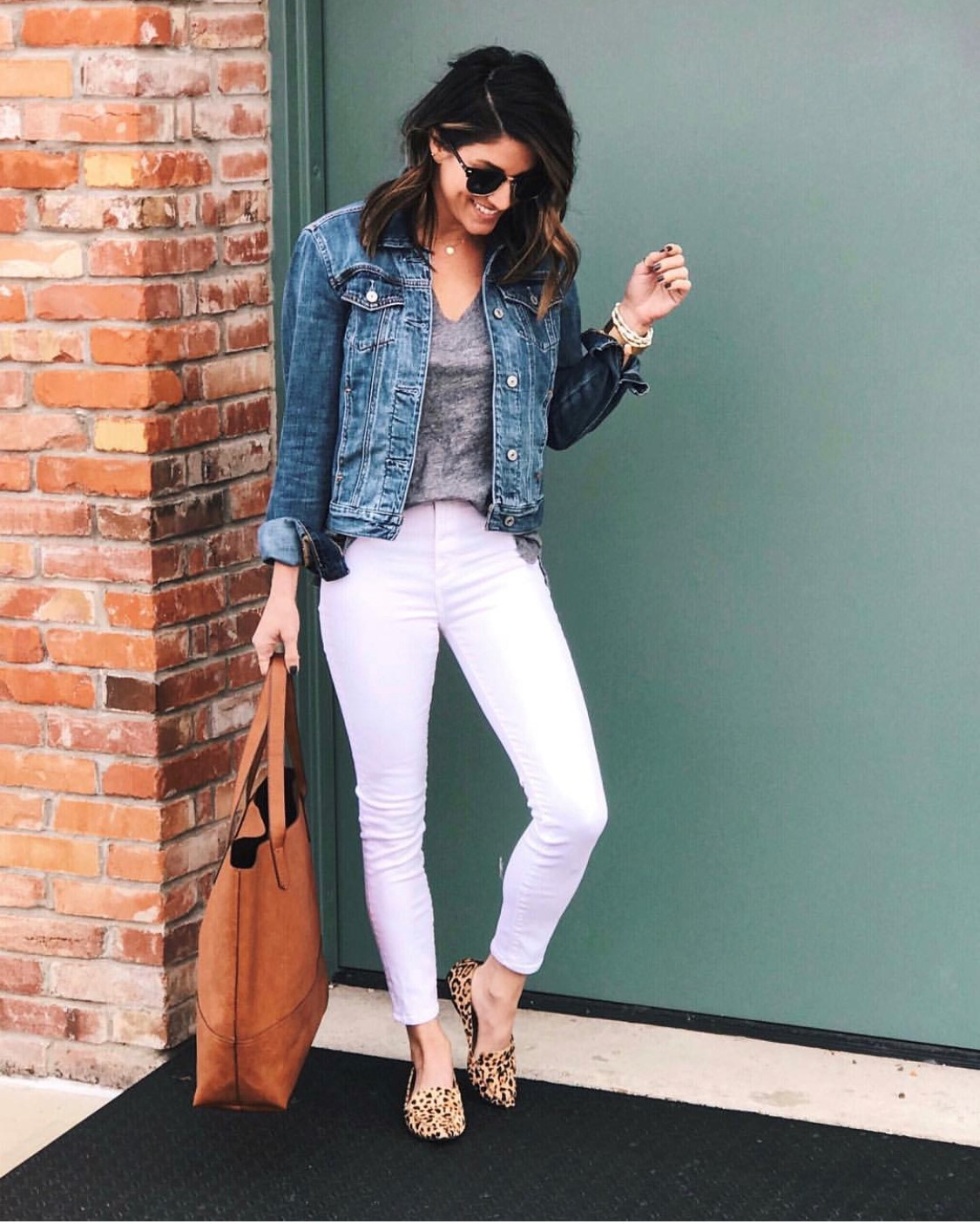 69b59d3f77 15 Ways to Style White Jeans - The Sister Studio